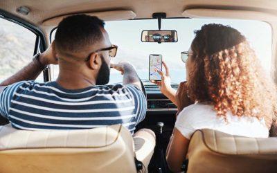 Smartphone al volante, tutte le sanzioni che si rischiano. Il vademecum di automobile.it