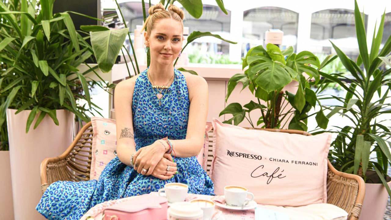 Chiara Ferragni apre un bar a Milano in collaborazione con Nespresso. Il Temporary Cafè Nespresso X Chiara Ferragni