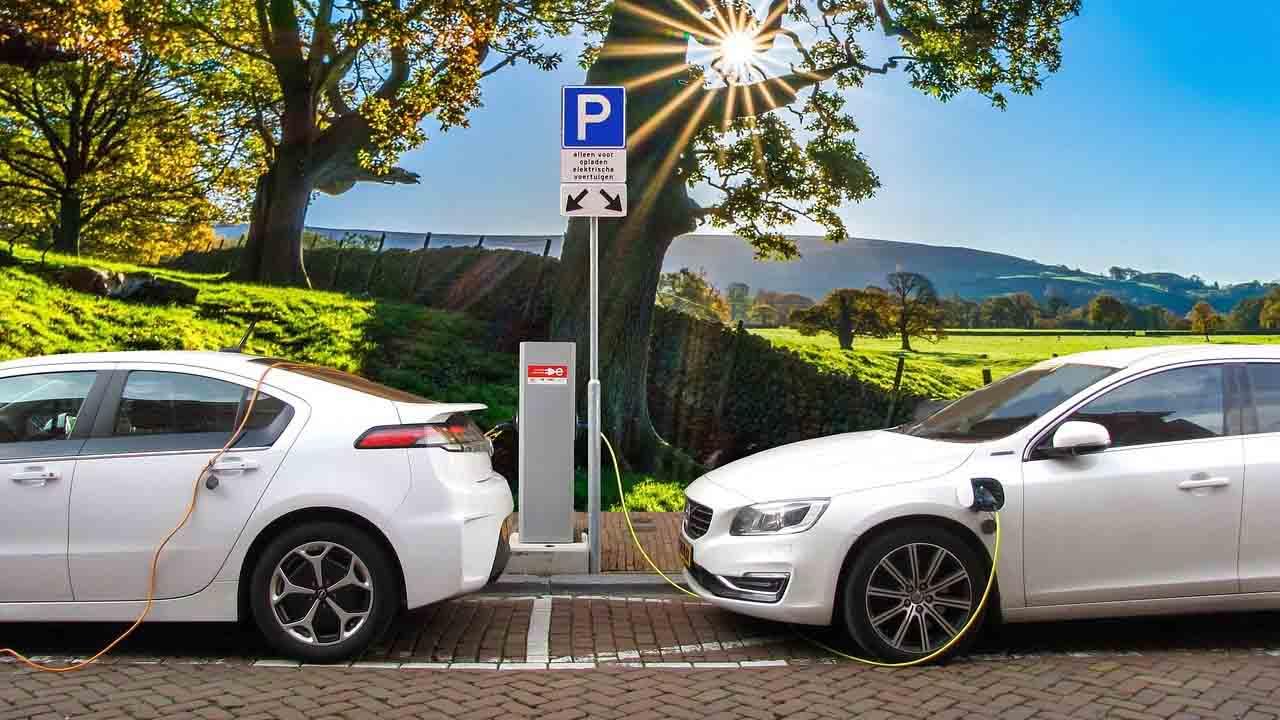 Differenze tra auto ibrida ed elettrica per un acquisto consapevole