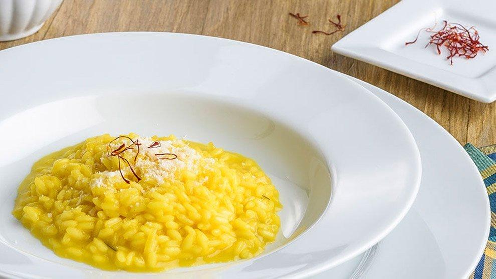 Risotto giallo, il dispetto di un perfido vetraio. La storia del tipico piatto milanese