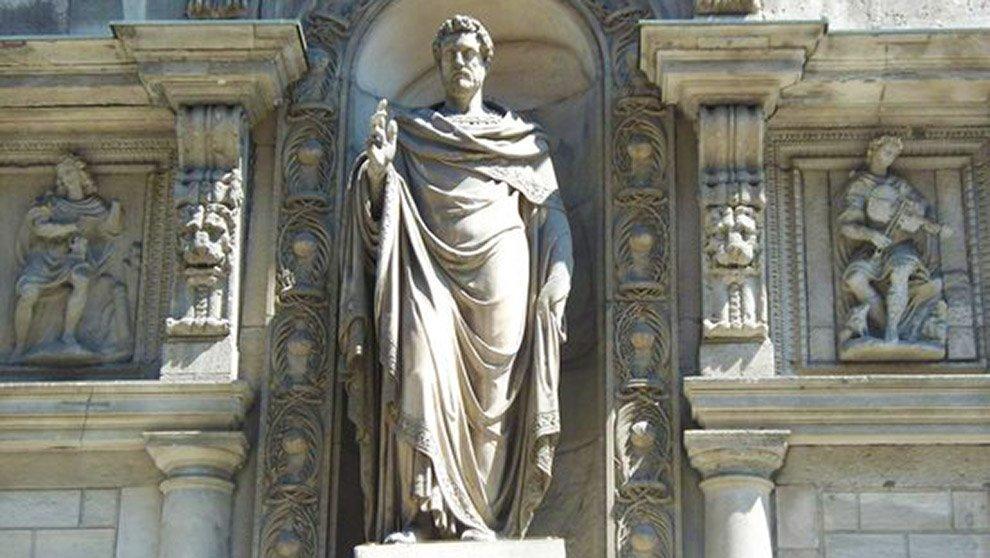 Milano, in via dei Mercanti Sant'Ambrogio ha il corpo di donna