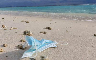 Inquinamento, una mascherina chirurgica nell'ambiente marino rilascia fino a 173mila microfibre al giorno